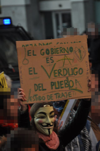 Guy Fawkes con un cartel.