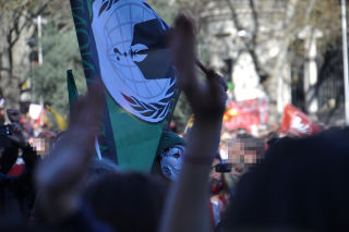 Bandera de Anonymous y máscara de Guy Fawkes.